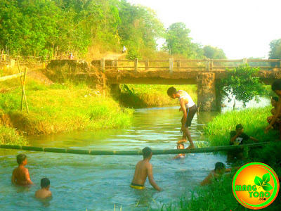 Menjaga keseimbangan badan agar tidak tercebur ke sungai