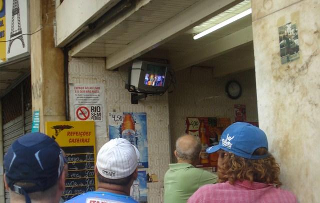 Televisão em botequim de Copacabana. Foto de Marcelo Migliaccio