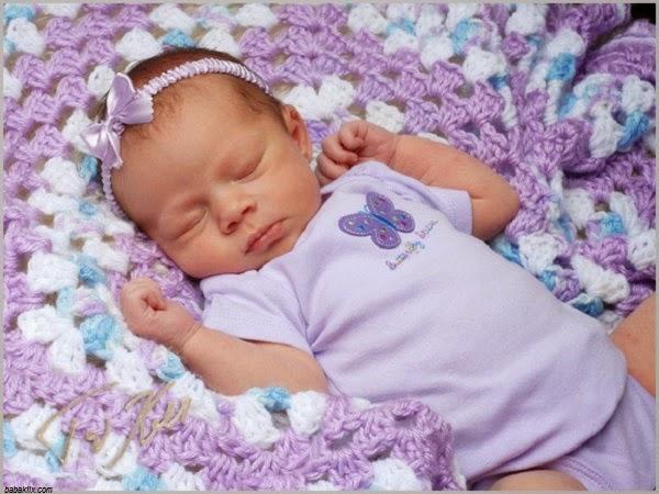 Image bébé fille nouveau née qui dort