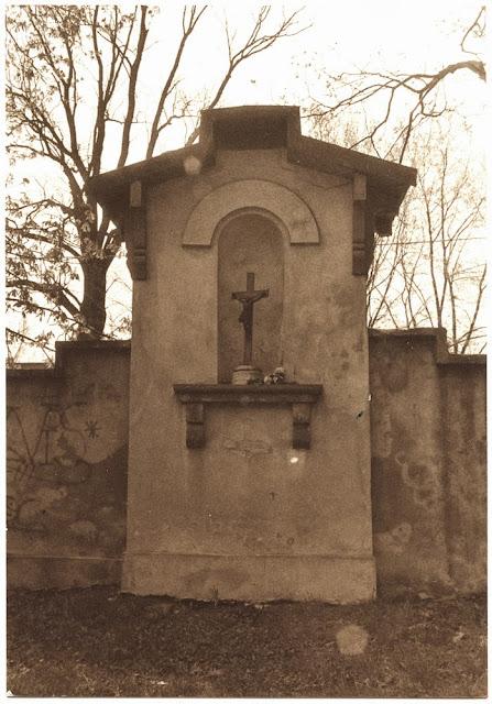 Kapliczka Matki Boskiej w murze parkowym od strony północnej. Foto. z połowy lat 80. XX w. KW.