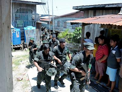 Pasukan Polis mengeledah Kg Simunul