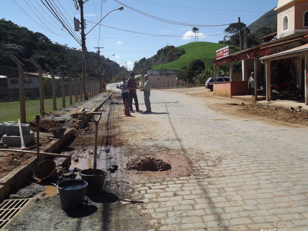 Levantamento de meio-fio antes da colocação de asfalto em Santa Rosa