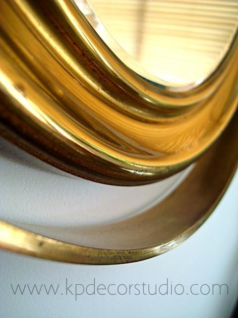 Objetos antiguos de latón, espejos dorados de barco