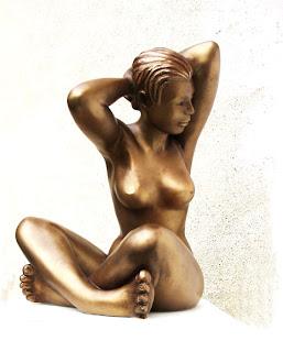 Style figuratif : femme nue, assise, se recoiffe