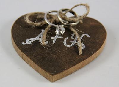 porta anillos corazón de madera con siglas