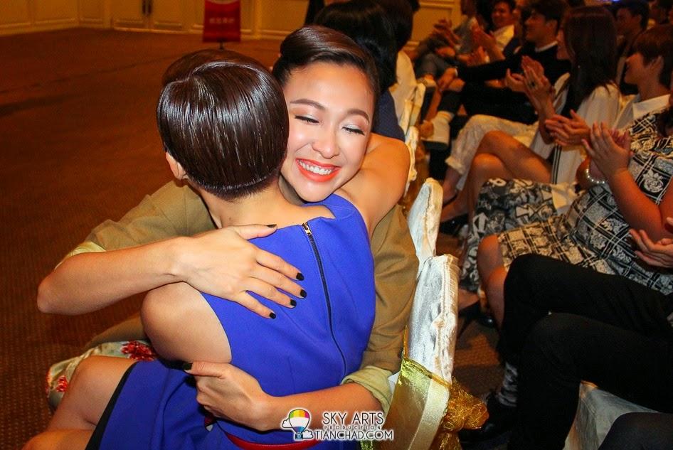 """当知道《香火》主题曲入围""""最佳电视剧主题曲""""时,Debbie吴天瑜以及杨雁雁一度兴奋击掌互相拥抱"""