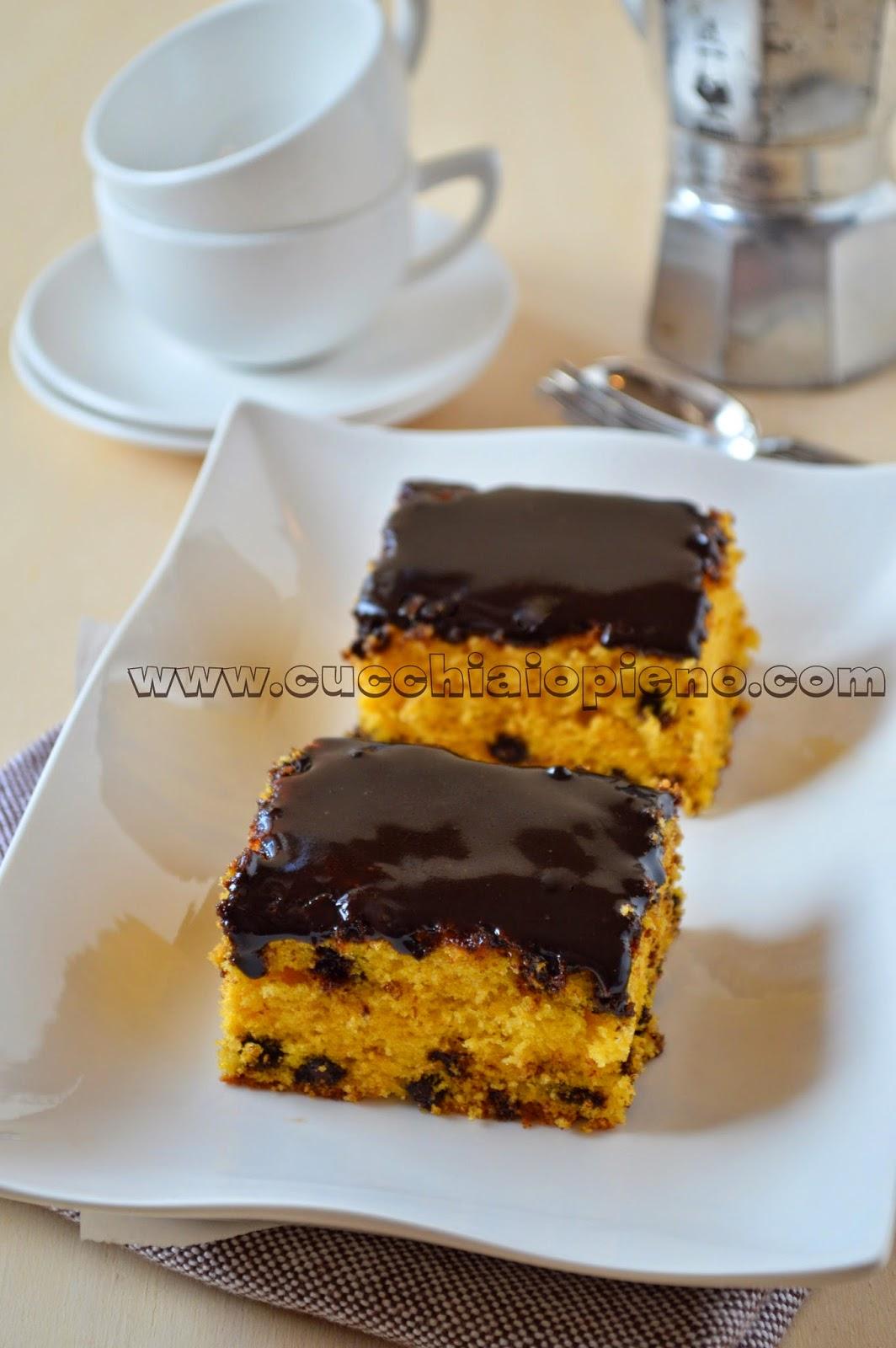 bolo de cenoura com gotas e cobertura de chocolate