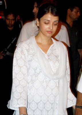 Aishwarya Rai Without makeup in white dress while going to temple