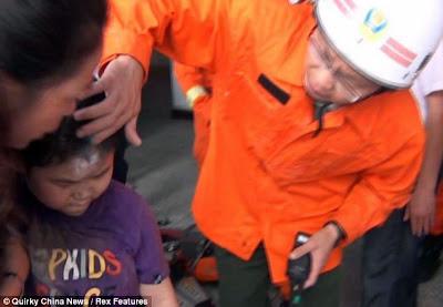 Krim disapukan pada dahi budak lelaki itu selepas beliau dibebaskan dari celahan dinding