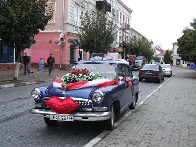 Поцілунок на весільному авто, Україна