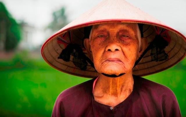 Granjera de arroz en una pequeña villa de Vietnam