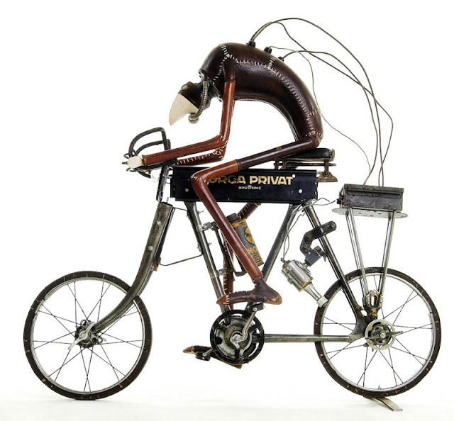 скульптура велосипедиста из старого хлама и железа