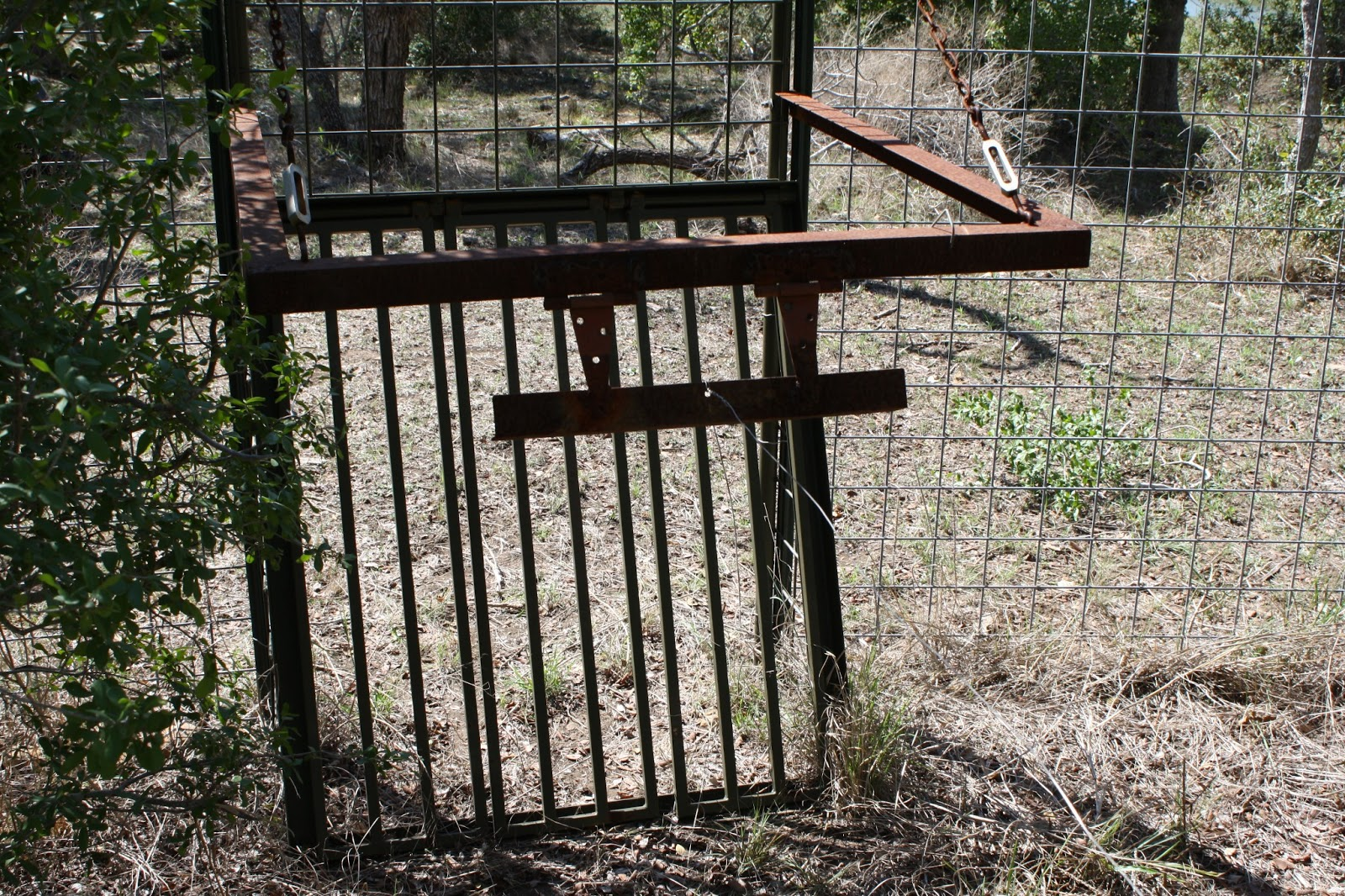 how to build a fence gate trap
