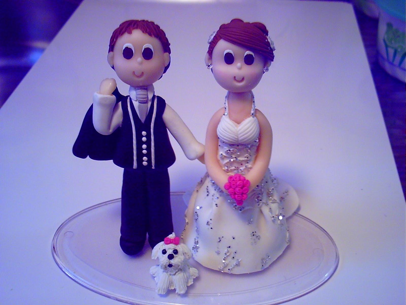 Topo de bolo noivo segurando o palitó