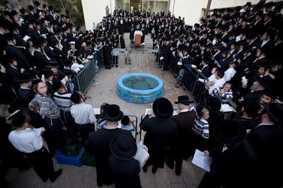 Ritual Pelik Orang Yahudi Israel Alihkan Dosa Ke Dalam Air