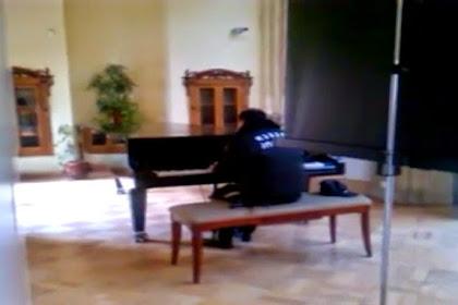 Mainkan Piano, Satpam Ini Jadi Sensasi di Internet