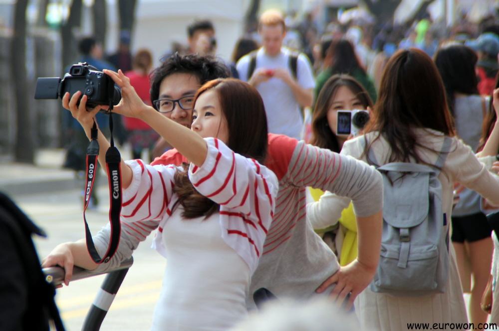 [Imagen: 2150+-+Coreanos+tomandose+fotos+en+Yeouido.jpg]