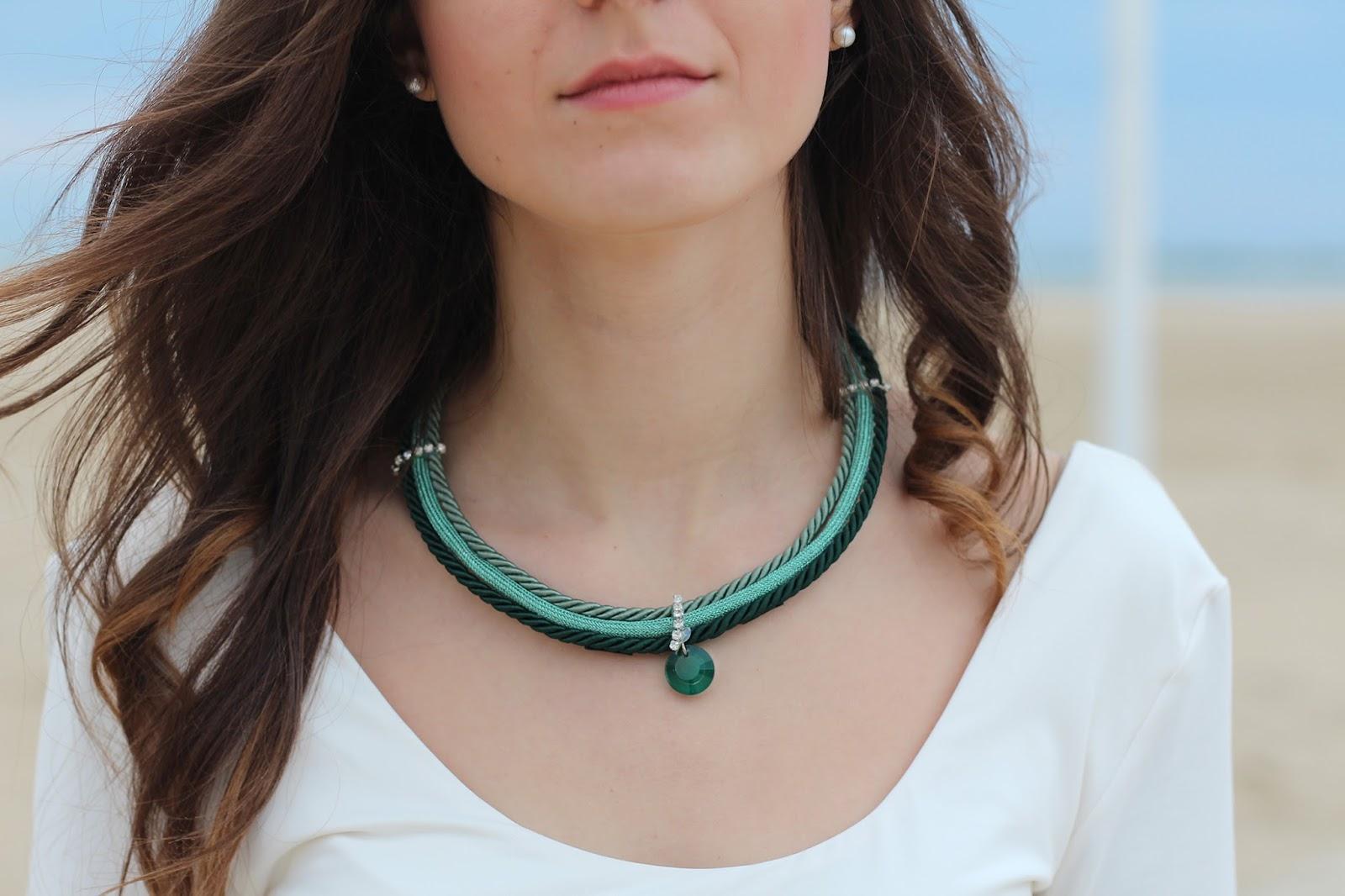 Fabuleux Chic con Charme Bijoux e una gonna verde smeraldo | Bow Of Moon JX86