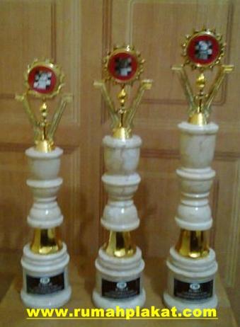 Biaya Bikin Piala Marmer Jakarta, Cari Trophy Piala Onix, Tulisan pada Piala Marmer, 0856.4578.4363, www.rumahplakat.com