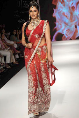 Isha Koppikar watlks the ramp for Kashi Jewellers at at IIJW 2011