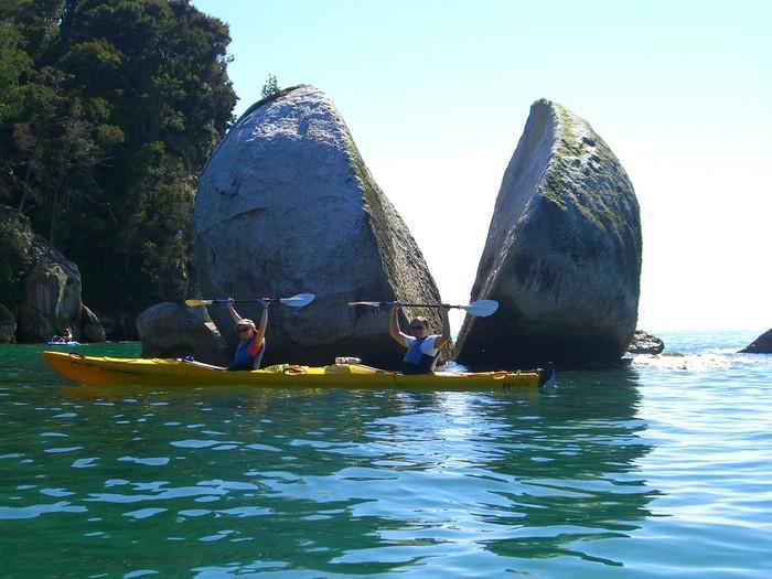 Rocha em forma de maça partida ao meio - Split apple rock na Nova Zelândia