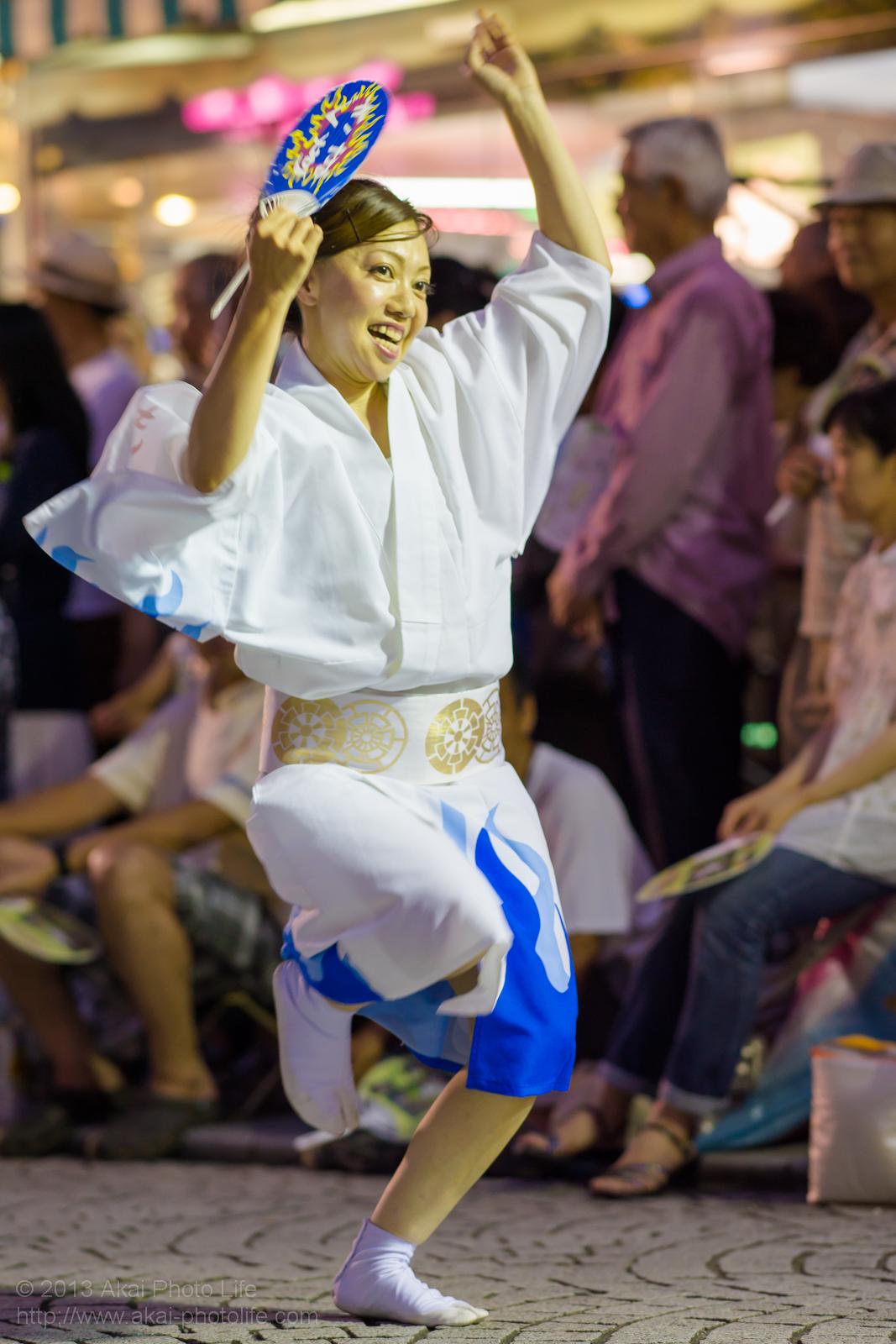 三鷹阿波踊り、きまぐ連の女性による男踊り うちわ