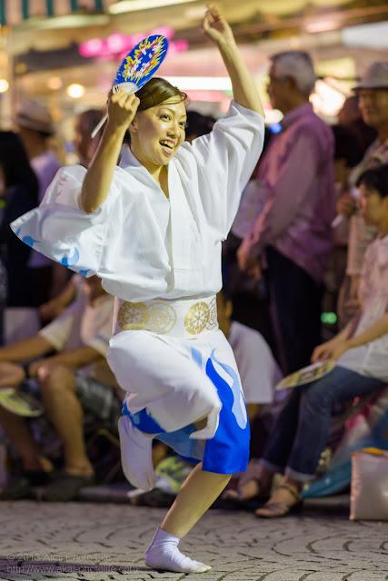 三鷹阿波踊り きまぐ連の女性の男踊り うちわ