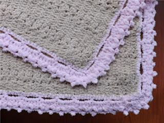 Detalle de la manta tejida a crochet para bebé