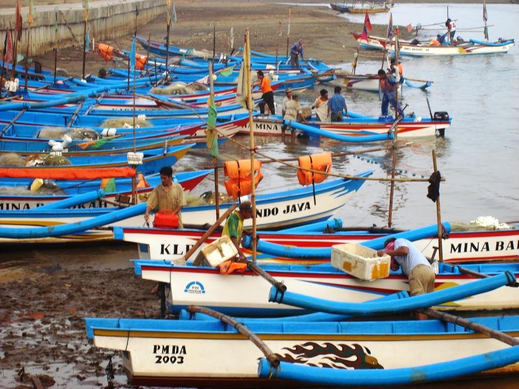 Kapal-kapal bersandari dipantai Ayah, Kebumen