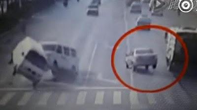 Aneh, 3 Mobil di China Tiba-tiba Melayang di Jalan