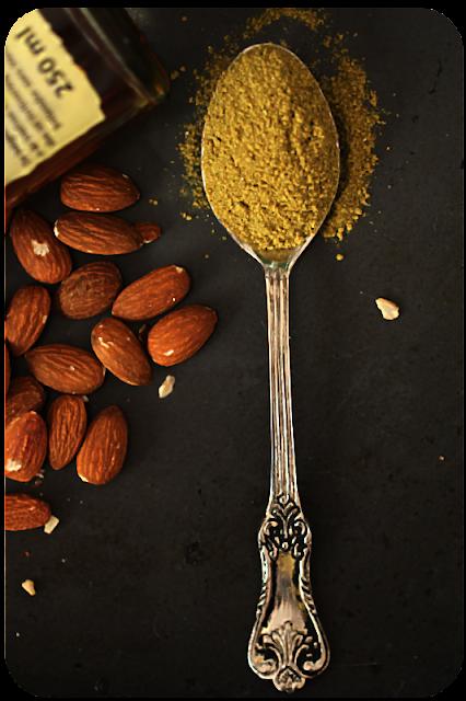 Rohe Süßmandeln mit Haut und Salatgewürz Gartenkräuter von Ingo Holland | Arthurs Tochter Kocht von Astrid Paul