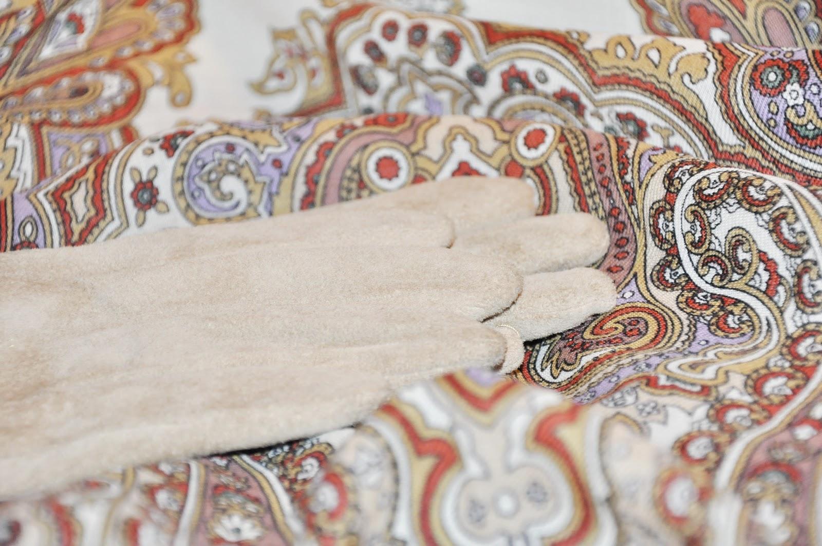 светлые замшевые перчатки