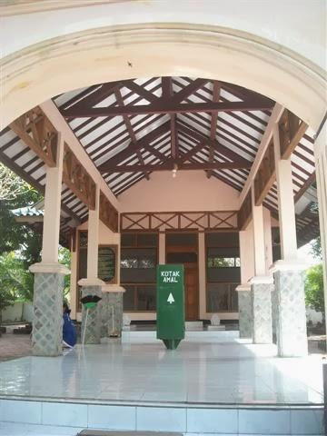 Akses pintu utama makam Mbah Jabbar.