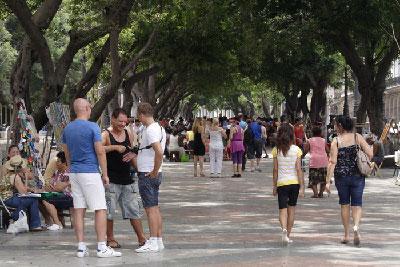 Muy cerca de nuestra casa está el Paseo del Prado habanero. Es un sitio con mucha historia y tradiciones. No solo es un bello lugar para caminar, es también el sitio ideal para ver y a veces intercambiar con los moradores de esta ciudad.