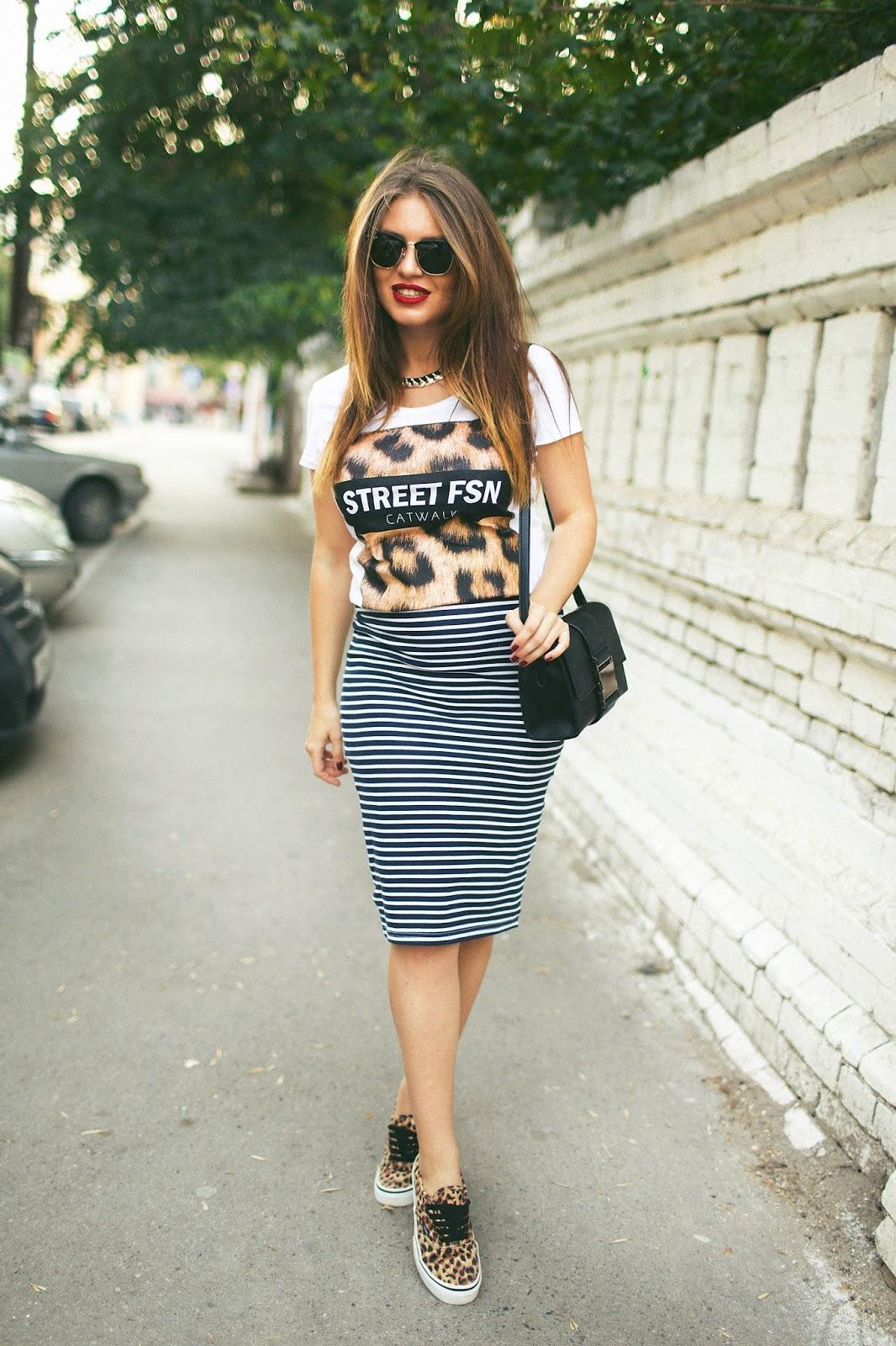 Полосатая юбка с кедами