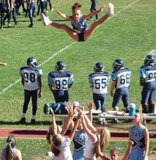 Cheerleader repül a pálya szélén
