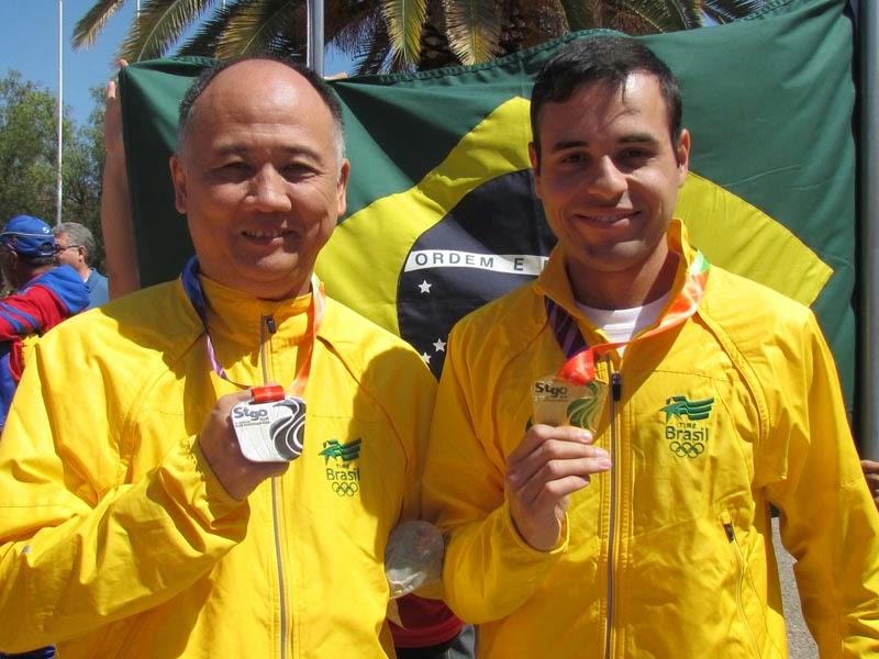 Stenio Yamamoto (prata na Pistola 50m) e Bruno Heck (ouro na Carabina de Ar) comemoram suas conquistas em Santiago - Foto: CBTE/ Divulgação