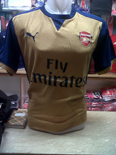 gambar desain terbaru jersey arsenal photo kamera foto Jersey Arsenal away terbaru musim 2015/2016 di enkosa sport toko online jersey terbaru musim depan 2015/2016