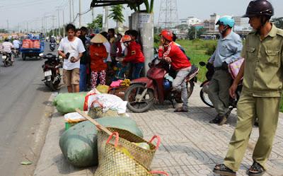 Bé trai 1 tuổi văng qua cửa xe khách, rơi xuống đường