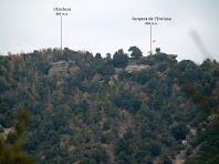 Vista del Turó de l'Enclusa obtinguda amb el teleobjectu des de la pujada al Collet del Castell