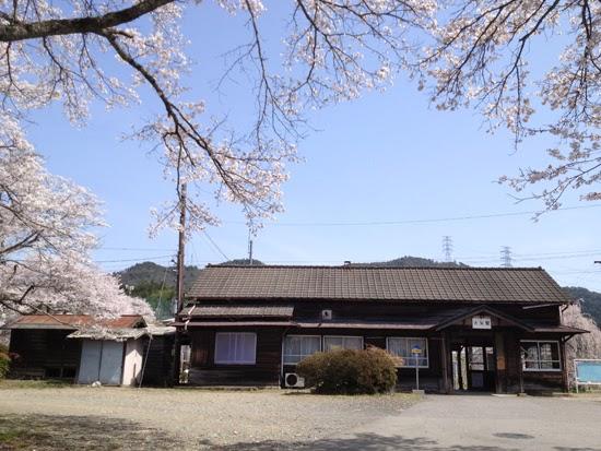 桜満開の木造駅舎