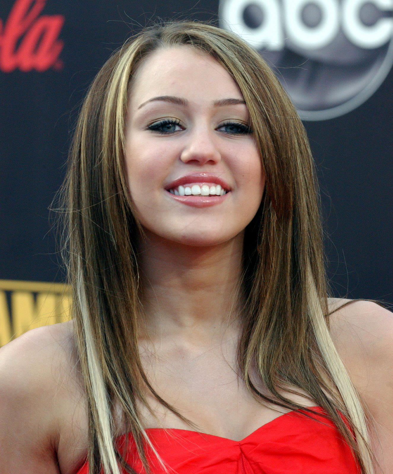 miley cyrus face closeup miley cyrus cleavage shot miley cyrus ...