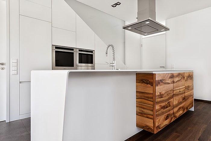 Un contraste natural que rompe la monoton a cocinas con for Mesas de cocina blancas y madera