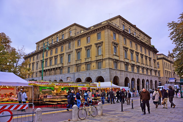Image of market in Bergamo, Italy.