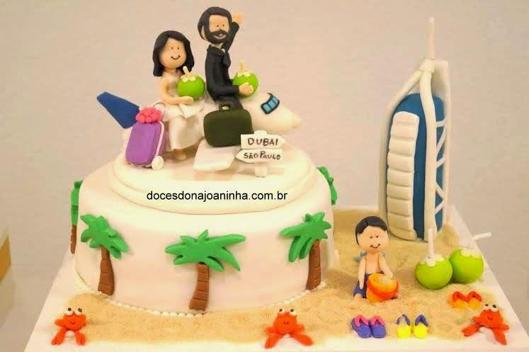 Bolo de casamento com noivinhos sobre avião rumo à Dubai.