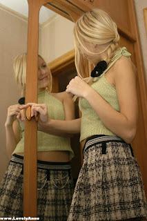 Twerking blondes - rs-mirr_mirr005-711596.jpg