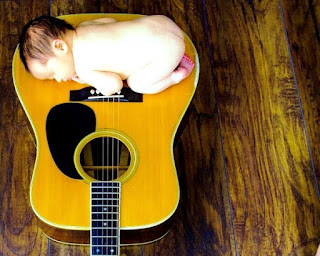 Gambar bayi cute tidur di atas gitar
