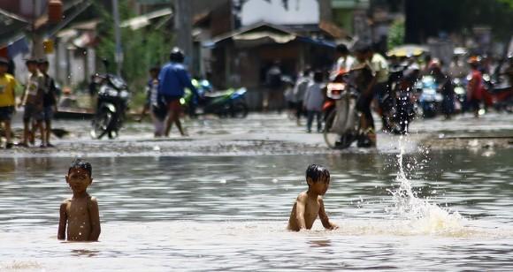 sungai, bukan membelakangi sungai. Rawatlah air sungai tanpa mencemari