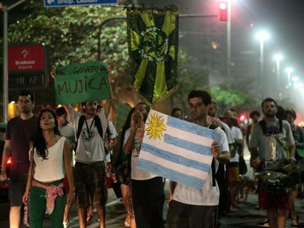 Protesto na Praia de Ipanema pede a legalização da maconha no Brasil