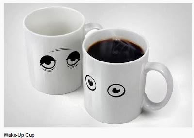 """wake up cup. Chávena que """"acorda"""" quando se enche de café"""